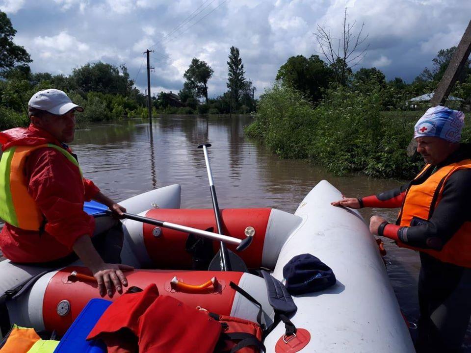 Волонтери Гірського рятувального центру долучилися до надання допомоги постраждалим від повені прикарпатцям (фото)