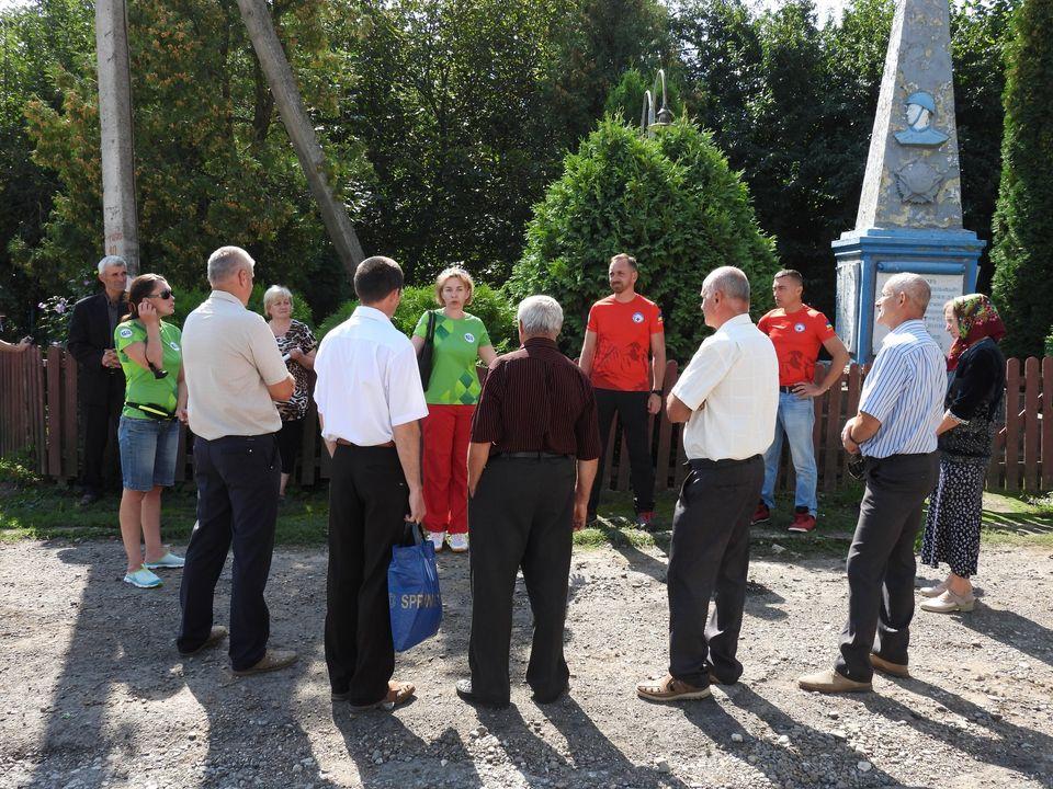 """Проєкт """"Еко-щит Дністра"""". Команда Гірського рятувального центру зустрілася із мешканцями села Копачинці"""