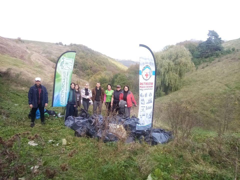Активісти Гірського рятувального центру прибирали каскад водоспадів у селі Копачинці (фото)
