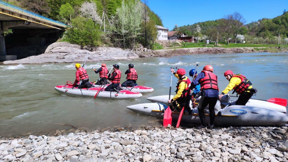 """В рамках проєкту """"Безпечні Карпати"""" відбулися спільні навчання з порятунку на воді (фото)"""